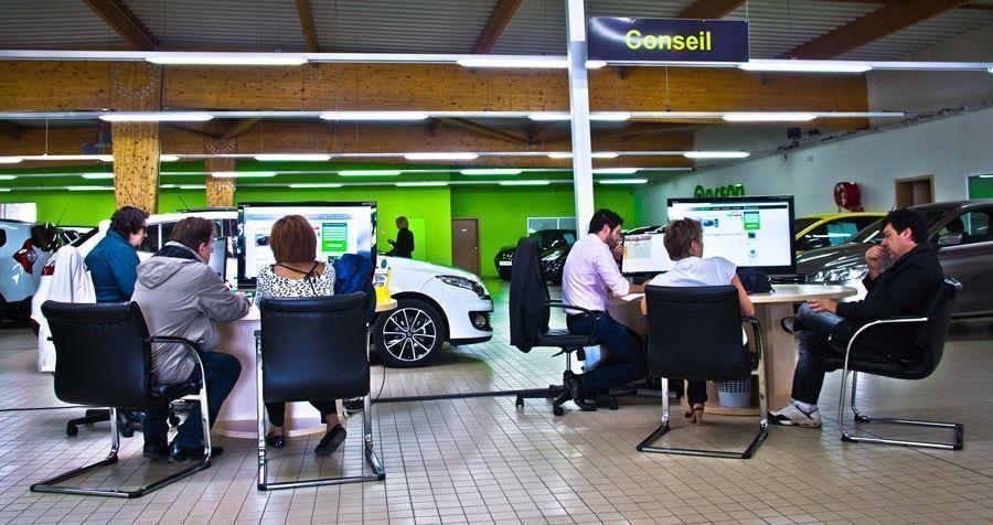 Le showroom et les conseillers auto de Qarson