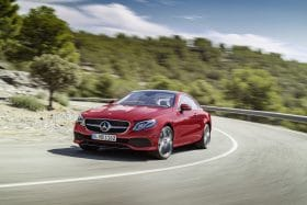 Coupé Classe E Mercedes Rouge sur route